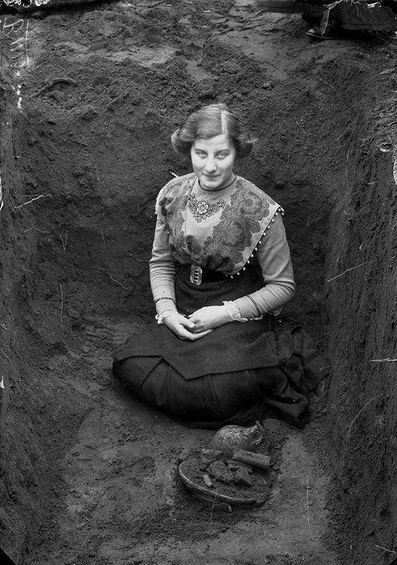 Dubbelfocus vrouw in kuil archief oude doos