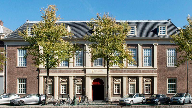 Contact Organisatie Gevel Rijksmuseum van Oudheden Spelvoorwaarden bloemen