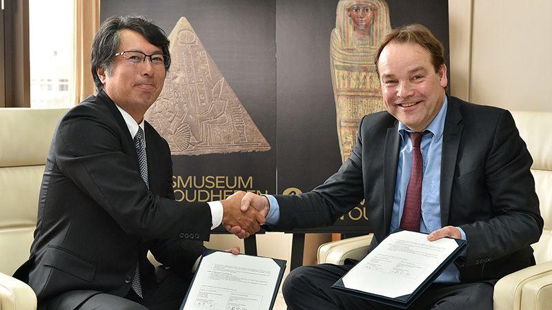 Wim ondertekent contract in Japan Egypt Land of Discoveries